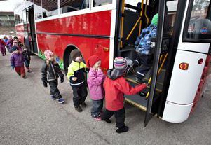 Välkommen ombord. Det var en strid ström av nyfikna barn som ville kliva ombord för att syna bussen.