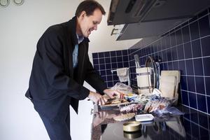 Jan-Eirik Johansen bjuder på smakprov på de olika produkter som bageriet nu erbjuder kunderna.