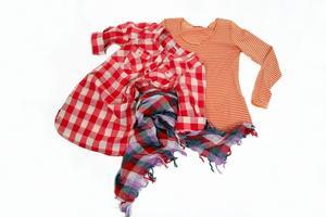 Randigt och rutigt. Rutig tunika 199,95 från Vila. Randig tröja 99,50 från Indiska. Rutig scarf 129,95 från Vero Moda.