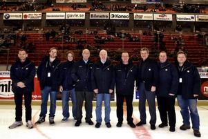 Sekretariatet på isen för en gångs skull. Från vänster Anders Högbom, Tobias Norlén, Andreas Backström (de båda jobbar åt Hockeyligan liksom sex till som sitter på läktaren), Janne Runald, Ove Lindgren, Tommy Sandin, Kenth Larsson, Peter Åström och Björn Jansson.