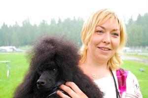 Helgens vinnare blev mellanpudeln Genie's Legacy Starring Moravla. Här tillsammans med matte Christina Johansson.