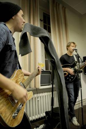 Johan och Gabriel spelar sedan tidigare i samma afterskiband, där även basisten Olle ingår.