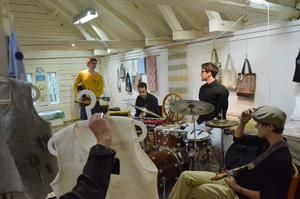 Konst och musik. Med vackra hantverk som kuliss underhöll musikhögskoleeleverna besökarna. Fr vä Erik Enstad, Rui Hallvares Andrade Paes, Simon Andersson samt Johan Sund.