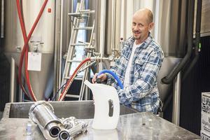 – Vi sätter hygien högt, säger Pär Ramqvist som diskar efter tappdag. Dagen efter de olika produktionsmomenten är det alltid diskning. 40 procent av arbetet som görs på Härjebrygg handlar om att diska och rengöra.