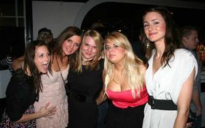 Blue Moon Bar. Linda, Madelene, Sara, Linda och Elisabeth