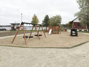 Gräsmattan mellan hamnkrogen och minigolfen är borta och ersatt av en fräsch lekpark.