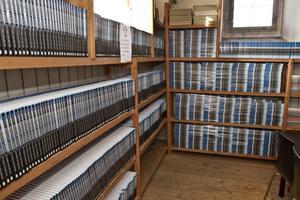 I källaren under kultur- och fritidskontoret finns tre rum fyllda med hyllmeter av osålda böcker.