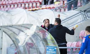En supporter stoppas från att kasta en flaska mot domaren efter slutsignalen i matchen mellan Assyriska och ÖFK.