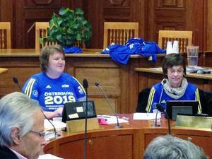 Under beslutsrundan på kommunstyrelsemötet fortsatte AnnSofie Andersson (S) och Carina Zetterström (C) att ha på sig tröjorna.