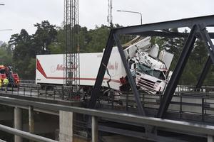 Årets midsommarhelg inleddes med en lastbilsolycka på motorvägen. Den orsakade svåra trafikproblem under hela sommaren.
