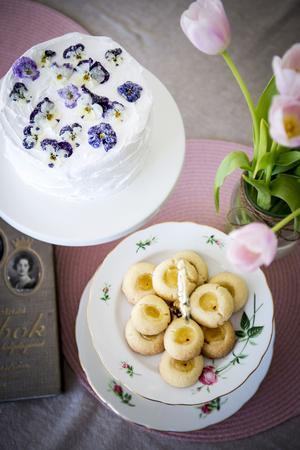 Njut av sötsyrliga smaker i påsk med Simones syrliga blåbärstårta och lemoncurdgrottor.