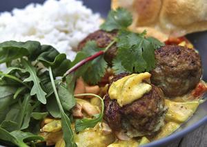 Indiskt inspirerade lammköttbullar kryddas med spiskummin och garam masala tillsammans med currysås och cashewnötter.   Foto: Dan Strandqvist