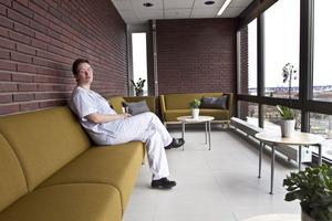 En inglasad balkong där både patienter och personal kan koppla av. Specialistläkaren Karin Lindwall njuter av utsikten.