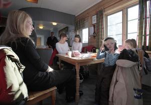 Lena och Lisa Wixner från Hudiksvall och Pia Ivarsson från Hudiksvall med döttrarna Ida och Leja tar en paus i Hedestugan.