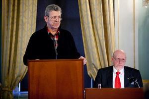 Lars-Gunnar Hultin (V) var emot förslaget om den nya curlinghallen. Till höger syns Fred Nilsson (S) som höll ett brandtal för att förslaget skulle godtas.