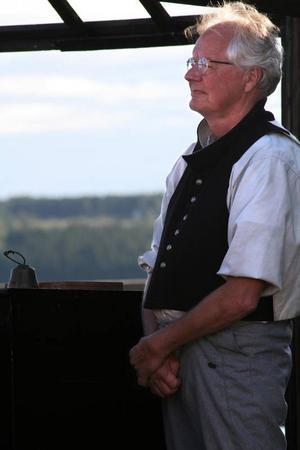 Stig Östman gör samtliga roller i den grannfejd som briserar i Långledan.