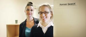 Katarina Helgh blev den föst anställde vid Ljusdalskontoret. Till höger personalchefen Ellen Fridner.