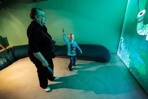 Ända från Schweiz hade Emil Garneau, 4 år, kommit för att besöka sin mormor Vivi-Ann Bergkvist i Svenstavik. Tillsammans besökte de Storsjöodjurscentret, och storbildsskärmen med det egenritade odjuret som reagerade på Emils rörelser uppskattades.