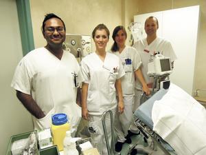 AT-läkarna Sandip Roy, Hedvig Olander och Lina-Maria Bergh i ett rum på akuten tillsammans med studierektor Marcus Carlsson, överläkare vid medicinkliniken.