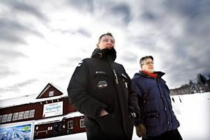 Här på husvagnscampingen ska de nya bostadsrätterna byggas. Per Dahlhjelm och Göran Jagelius från företaget Malthus står för bygget, Mikael Rundblom är projektchef och Jan Hedvall jobbar för Fastighetsbyrån som ska sälja lägenheterna.– Vi bygger Kungsbergets veranda i egen regi, men för den fortsatta expansionen vill vi ha in driftiga aktörer och byggare, säger Mikael Rundblom, projektchef för satsningen. Här tillsammans med Jan Hedvall från Fastighetsbyrån.
