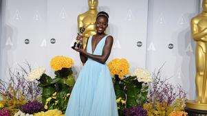 Lupita Nyong'o poserar med sin Oscar för bästa biroll i dramat 12 years a slave.