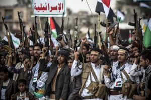 Huthirebellerna kräver att parterna i konflikten enas om en gemensam interrimregering i väntan på allmänna val. Här syns de vid en samling i Sanaa i början av juli i år.