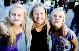 Rebecka Löf, Lovis Jansson och Linnea Andersson från Söderhamn ville sprida glada grimaser omkring sig.