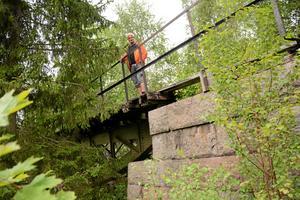 Järnvägsbro. Den nedlagda järnvägen mellan Bredsjö och Nora har Mats Areskough cyklar. Här vid bron i Järnboås.