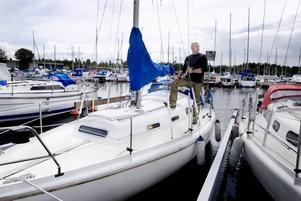 FÖRSÄKRINGAR. Kenneth Wallström är skadereglerare på Länsförsäkringar till vardags. Nu byter han skrivbordet mot segelbåten.