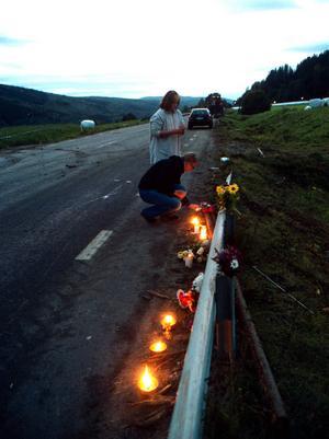 17 september 2001 omkom sex personer varav fyra skolbarn vid en frontalkrock mellan en skolbuss och en timmerbil på väg 86 i Indal. Här ses olyckplatsen med tända ljus för att hedra offren.