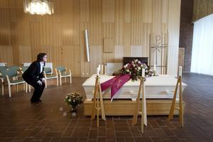 Ny målgrupp. Elisabeth Andersson och Monica Andersson förbereder en begravning.Foto: Sofie Isaksson