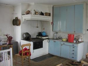 Funkiskökens inredningar med masonitluckor var ofta de första fasta köksinredningar som installerades i ett hus och de möter fortfarande våra behov av förvaring.