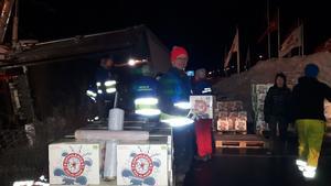 FRG-gruppen ryckte in och hjälpte till att handlossa ölkartongerna, cirka 30 ton, från den dikeskörda lastbilen under tisdagskvällen.