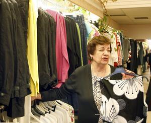 För lite folk och för lite handel i Söderhamn, säger Elisabet Eriksson, Therese Mode. Hon har kämpat på ensam i butiken i 20 år, men nu lägger hon av. Sista juli sätts slutpunkten för drygt 30 års verksamhet.