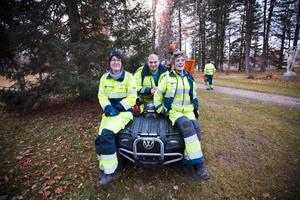 nöjda. Maria Eklind, Mattias Gällstedt och Inger Nilsson från Markbyggarna klagar inte på att snön håller sig borta ett tag till. Det ger dem mer tid för lövröjning.