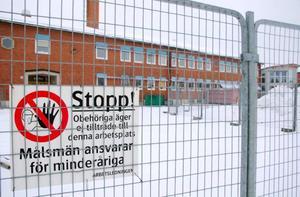 I höstas kulminerade hälsoproblemen bland personal och elever på Vattudalsskolan i Strömsund och en extern miljöexpert kallades in för att ta reda på vad det var som orsakat det. Nu står det klart att golvet mellan pannrummet i källaren och klassrummen i en flygel som är byggd på 50-talet släppt ifrån sig partiklar som skapat hälsoproblemen och en omfattande sanering av hela skolan har påbörjats. Foto: catarina Montell