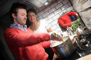 Sandra och Daniel Forsén lagar och äter middagen hemma. Det säkraste sättet att undvika glutamat är att laga sin mat hemma och inte köpa hel- eller halvfärdiga rätter som ofta innehåller smakförstärkare.