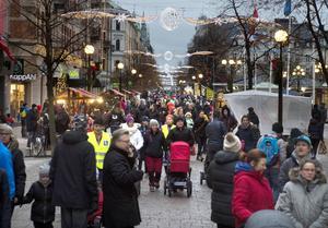 Många sökte sig ner till Stenstan på första advent på skyltsöndagen.