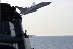 Ett ryskt plan av typen Su-24 flyger tio meter ovanför amerikanska jagaren USS Donald Cook i en