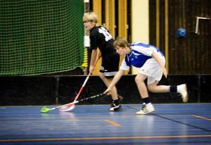William Renberg i blått jagar i kapp Böles nummer 11 och gör senare två mål för sitt Laggarberg i semifinalen i kommunmästerskapet.