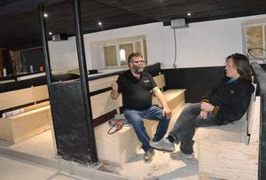 Benny Johansson från Bjurfors Hotell och Restaurang och Per Eriksson slår sig ner i en av de gamla svinstiorna som nu blir sittbås för att samtala om deras samarrangemang i Torp den 8 juli då countryfavoriten Doug Seegers intar scenen.