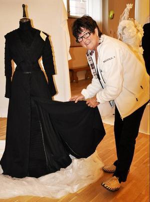 Ulla-Brita Fjell visar vilken otroligt välarbetad klänning hennes farmor bar vid sin vigsel.