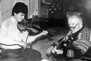 En ung Per-Ola Björklund och hans spelmansmentor Ivar Stolpe från Äppelbo. Bilden är från tidigt 1970-tal.