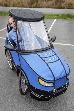 Den lilla blå elcykelbilen brukar dra många bilisters blickar till sig när Mikael Kjellman kommer trampandes längs vägen.