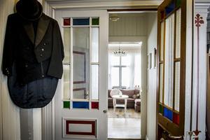 Cykeltillverkaren EA Modin byggde huset i slutet av 1800-talet och hans frack hänger i entrén som en påminnelse.