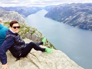Hammarbys fartfantom Robin Sundin njuter av den norska naturen. Här sitter han på kända turistmålet Preikestolen. Fallhöjden? Drygt 600 meter.