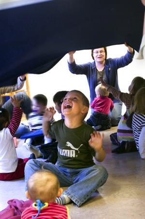 Lek. Svenska kyrkan har öppen förskola varje dag i veckan i Falun. Tidigare hade kommunen öppna förskolor runt om i kommunen. Nu är det slut på det.