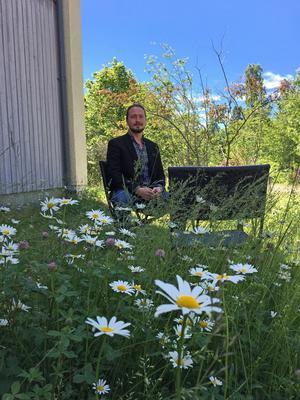 När Anders behöver en paus från det digitala är det bara att kliva ut genom dörren. Skillebyholm, där Järna kommunikation huserar, erbjuder båda världarna.