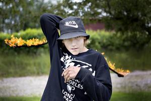 Inspirationen till att börja träna med poi fick 14-årige Cornelis Svenneke i Thailand.    Sedan har han tränat själv och utvecklat sin show. Nu är han ett efterfrågat och uppskattat inslag på fester och tillställningar.