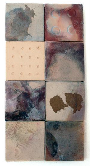 Olikmönstrade keramikplattor tillsammans blir den här fina väggdekorationen.